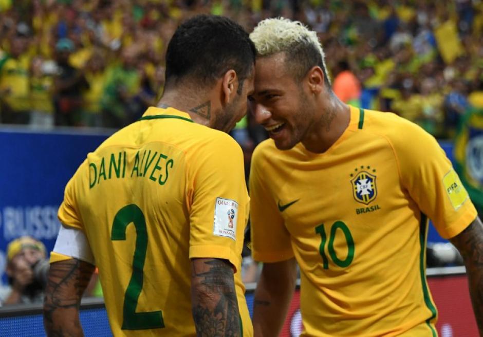 Dani Alves celebra con Neymar, su excompañero en el Barça. (Foto: AFP)