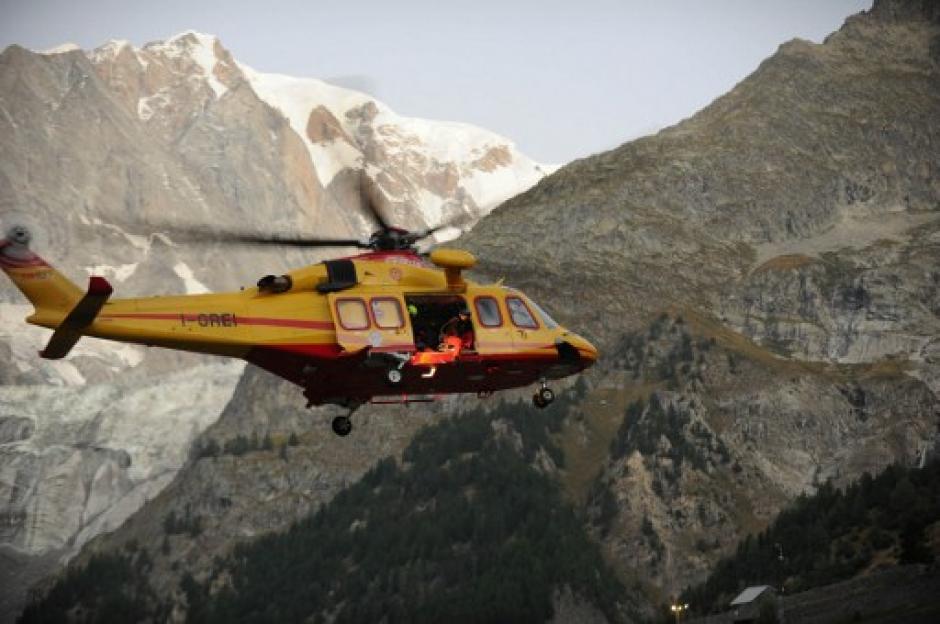 En helicópteros fueron rescatadas 77 personas y otras, bajadas a rápel. (Foto: AFP)