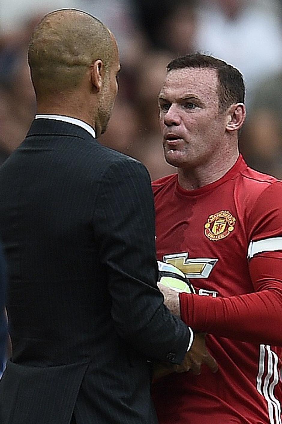El inglés le quitó la pelota como pudo al entrenador. (Foto: AFP)