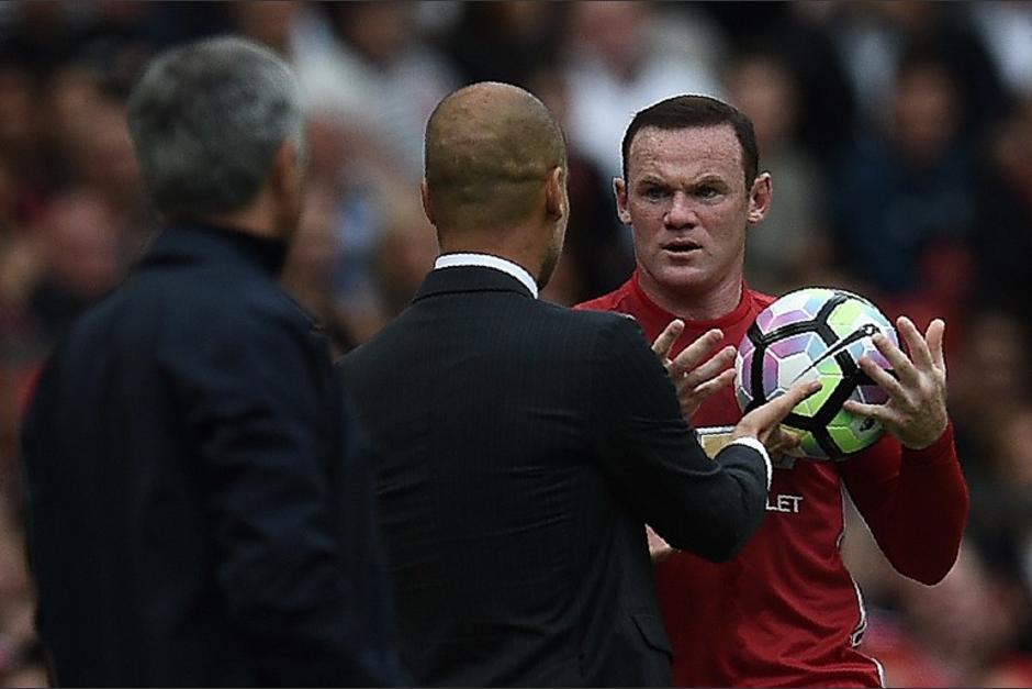 Pep Guardiola le escondió la pelota a Wayne Rooney. (Foto: AFP)