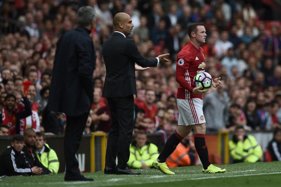 Wayne Rooney se aleja con la pelota. (Foto: AFP)