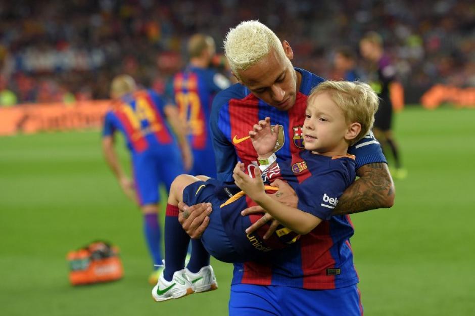 El brasileño, con su hijo en el último partido del Barça. (Foto: AFP)