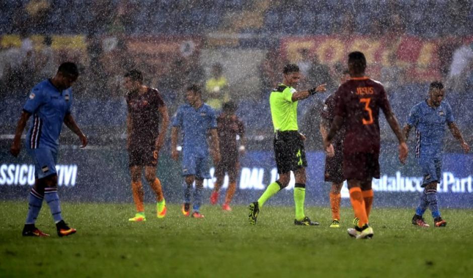 Una intensa lluvia cayó en el Olímpico, hasta que se tuvo que suspender el partido. (Foto: AFP)