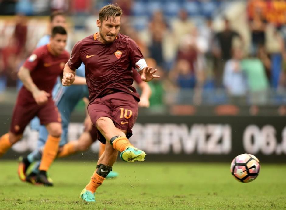"""Il capitano"", lanzando su penal al 93'. (Foto: AFP)"