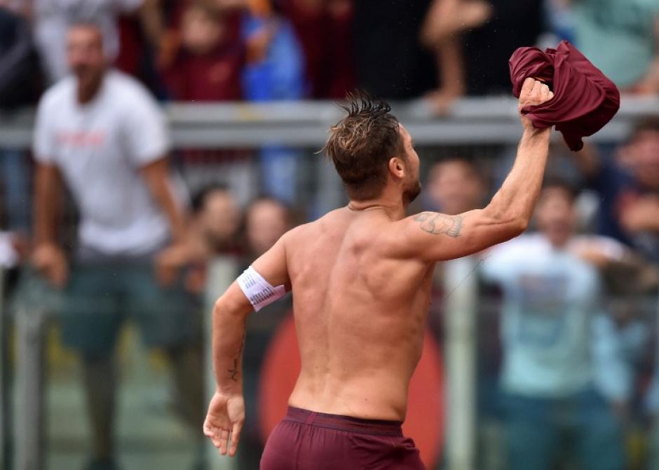 El delantero celebró con todo ante su afición. (Foto: AFP)