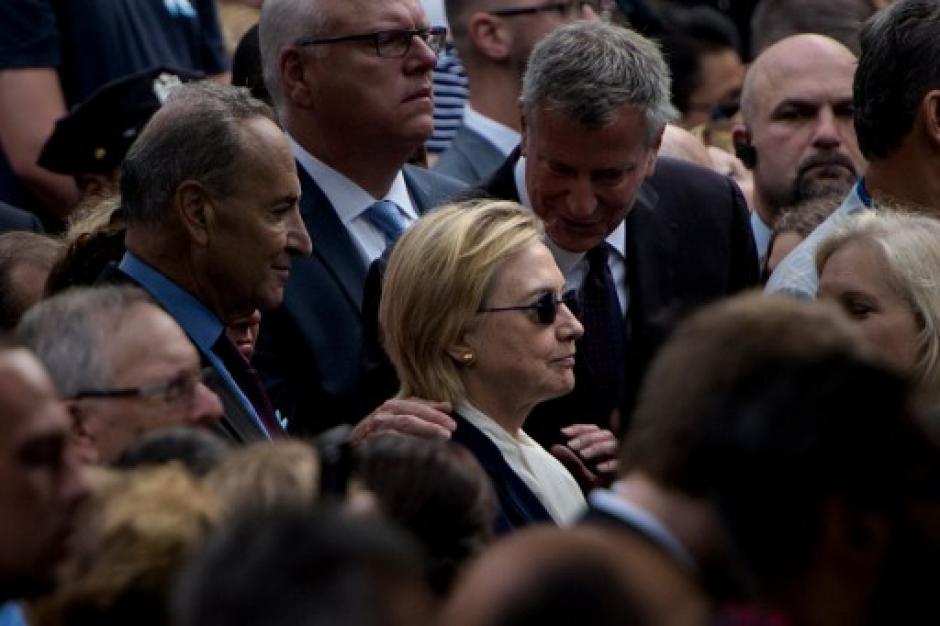Hillary Clinton abandonó prematuramente la ceremonia por problemas de salud. (Foto: AFP)
