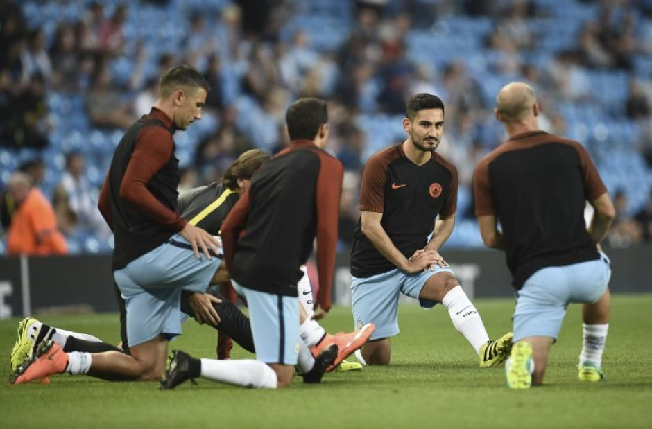Los jugadores del City calientan sobre la grama. (Foto: AFP)
