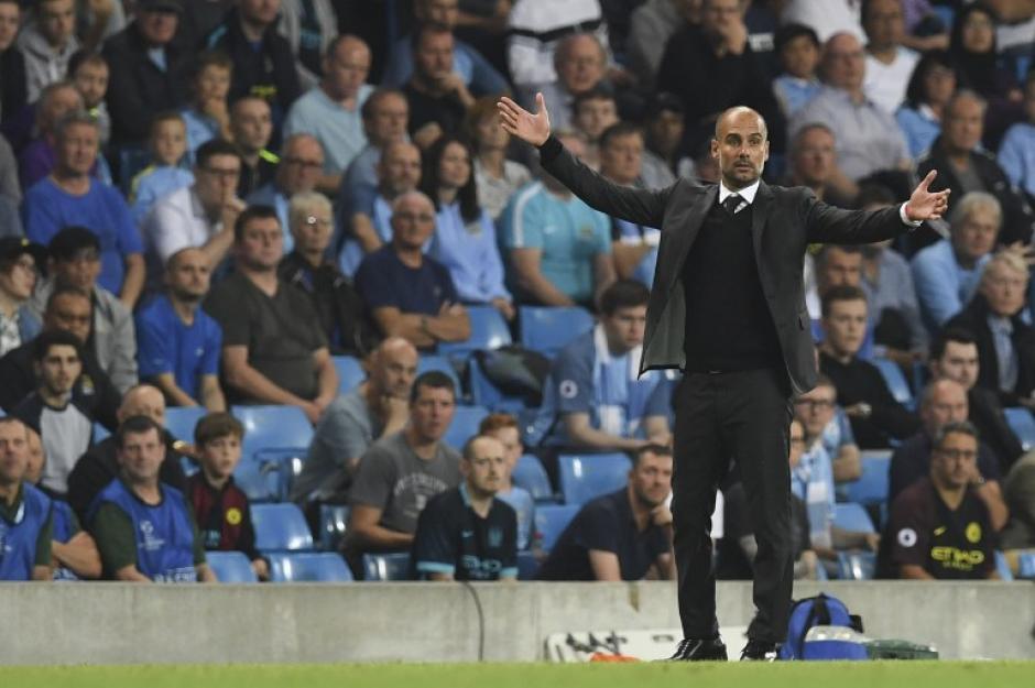 Guardiola no quiere saber nada de un posible daño sobre el césped. (Foto: AFP)