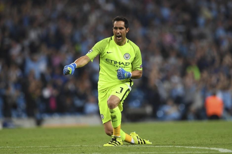 Claudio Bravo celebra uno de los goles. (Foto: AFP)