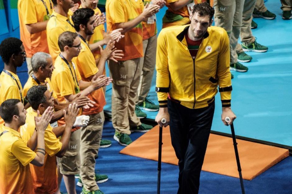 El hombre de 2.46 metros tiene problemas para movilizarse y debe utilizar muletas. (Foto: AFP)