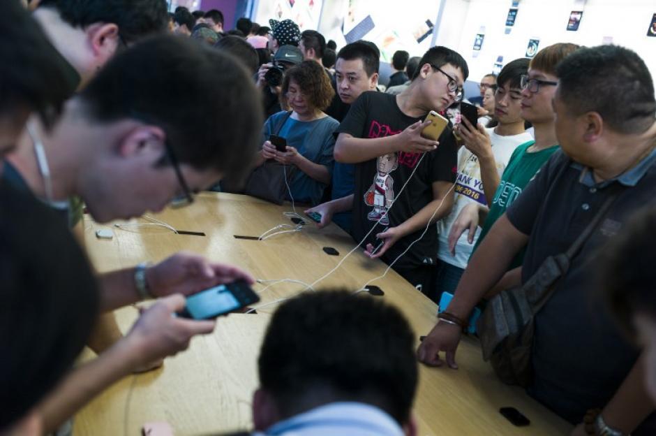 Muchos jóvenes prueban las novedades de los nuevos modelos del iPhone. (Foto: AFP)