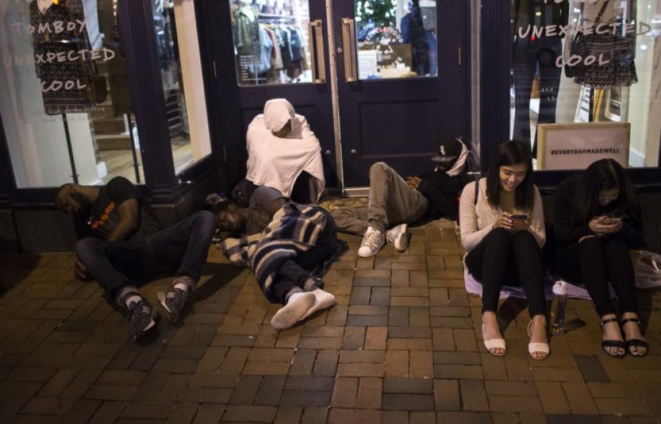 Muchos fanáticos de iPhone acamparon para ser los primeros para entrar a las tiendas Apple. (Foto: AFP)
