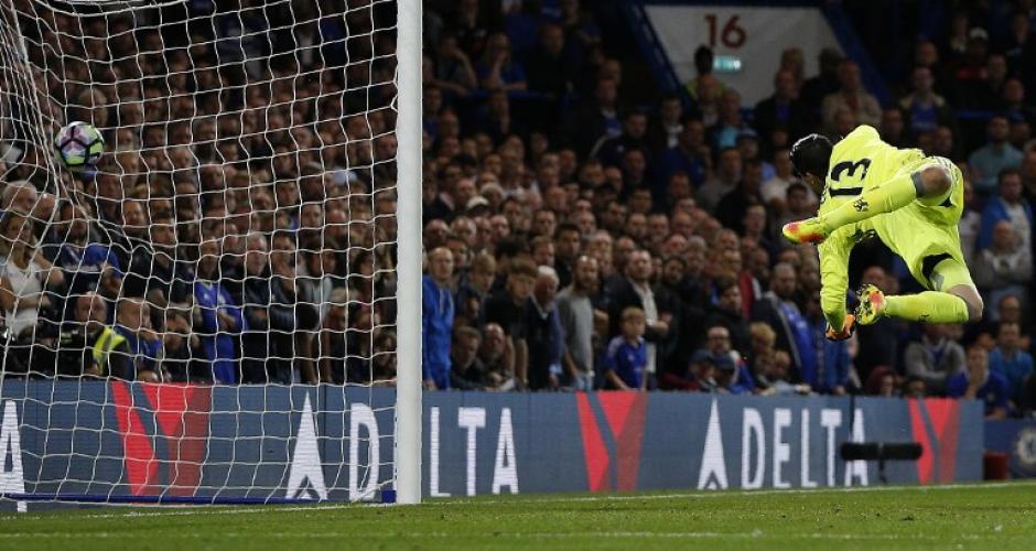 Thibaut Courtois no pudo hacer nada ante el perfecto remate. (Foto: AFP)