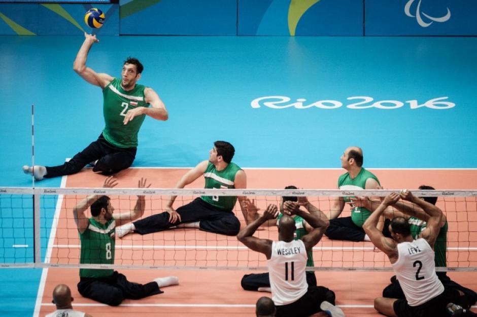 El deporte le ha dado una nueva esperanza y sonríe cada vez que entra a la duela. (Foto: AFP)