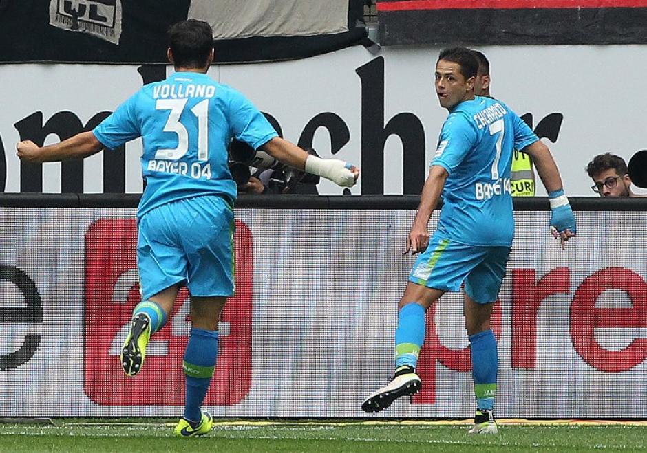 Chicharito celebra su gol con Kevin Volland. (Foto: AFP)