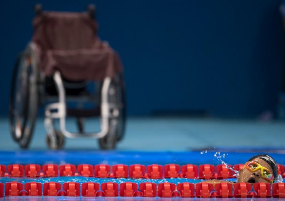 Laxmi Kunwar compitió en natación, al fondo una silla de ruedas. (Foto: AFP)