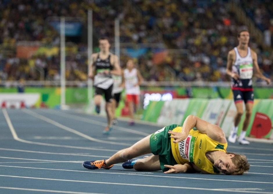 El australiano James Turner se desplomó tras ganar la prueba de 800 metros (carrera). (Foto: AFP)