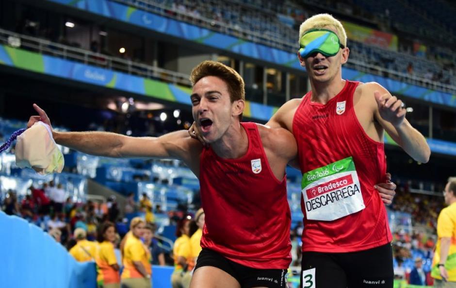 Gerard Descarrega y Marcos Blanquino festejan tras su triunfo en la carrera de 400 metros. (Foto: AFP)