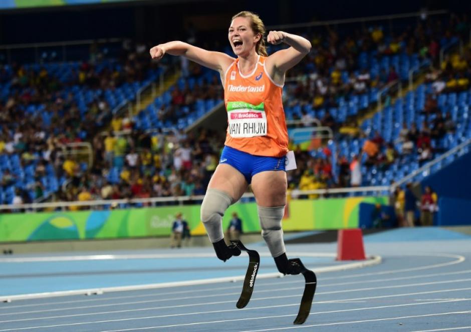 La holandesa, Marlou Van Rhijn, ganó la competencia de los 100 metros (categoría de amputados). (Foto: AFP)