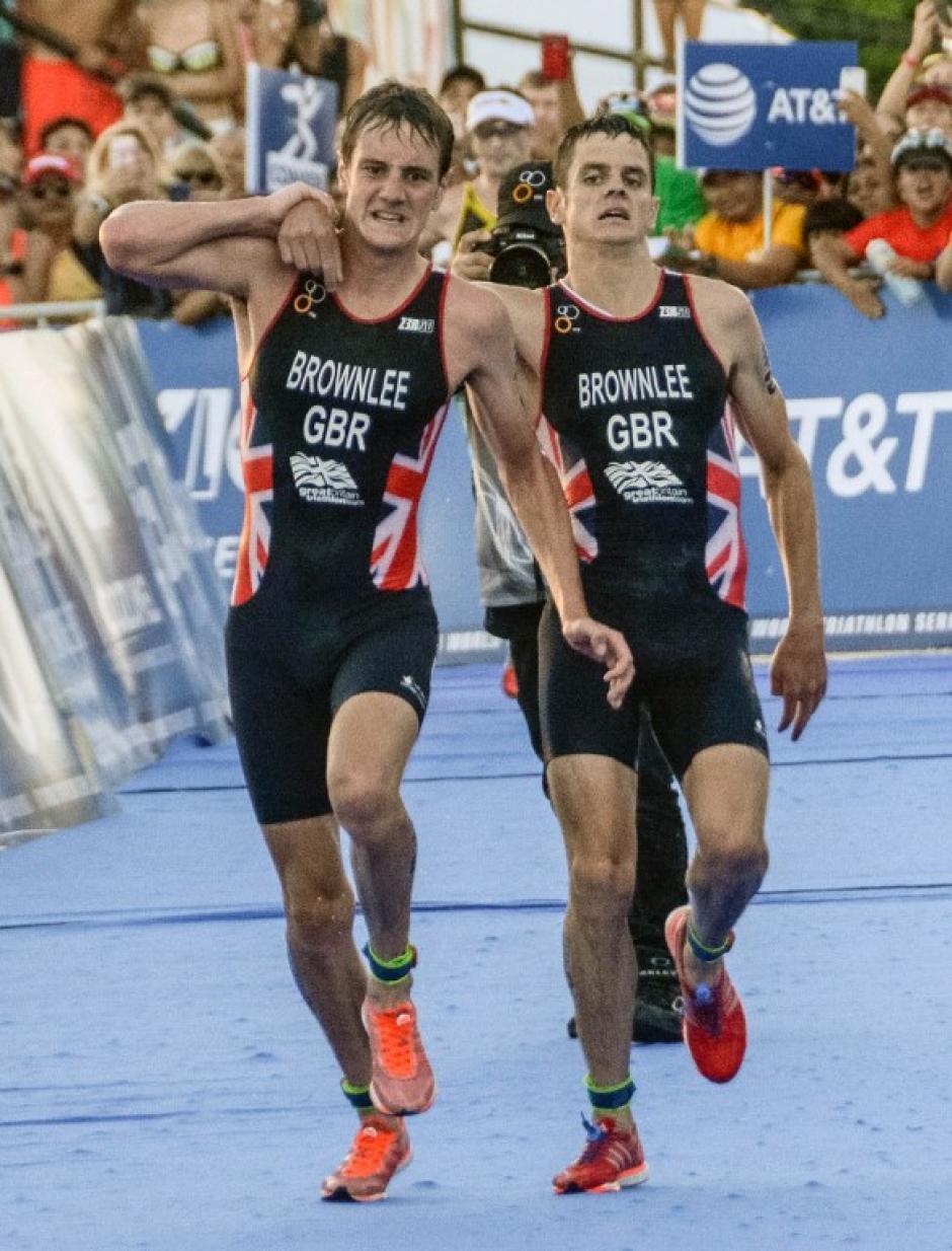 Los hermanos Brownlee entraron juntos a la meta. (Foto: AFP)