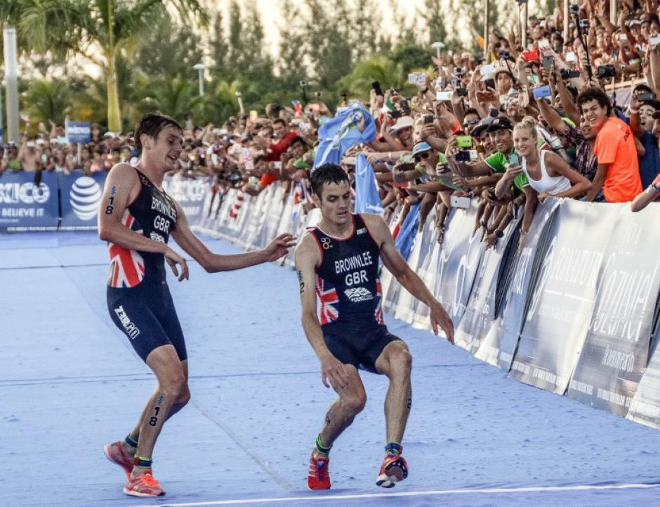 El hermano del triatleta Jonathan lo ayudó a terminar la prueba. (Foto: AFP)