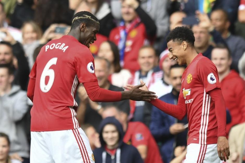Pogba celebra su gol con Jesse Lingard. (Foto: AFP)