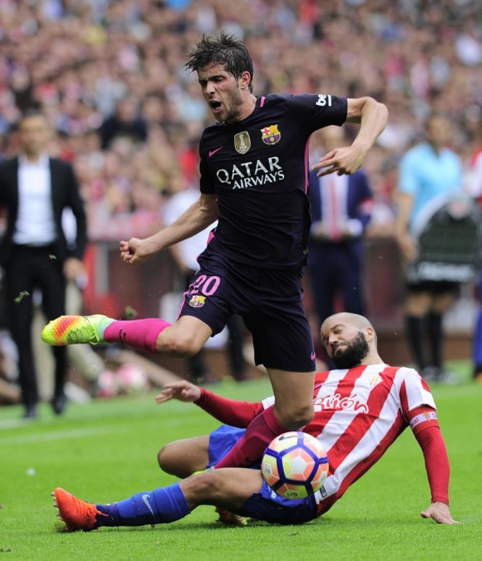 Esta fuerte entrada le costó la roja a Lora, del Sporting. (Foto: AFP)