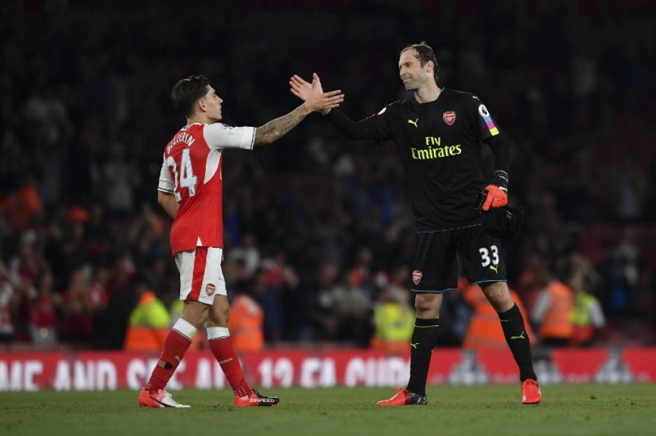 Bellerín y Cech se saludan después del partido. (Foto: AFP)