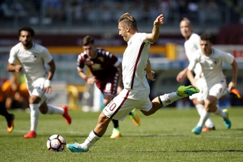 Totti marcó este domingo de penal. (Foto: AFP)