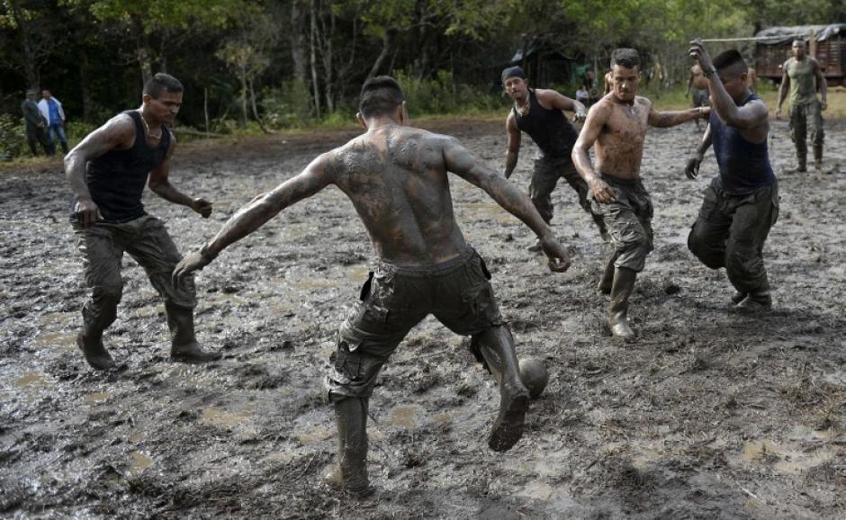 Un grupo de guerrilleros juega futbol mientras esperar las ordenes de desmovilización final. (Foro: AFP)