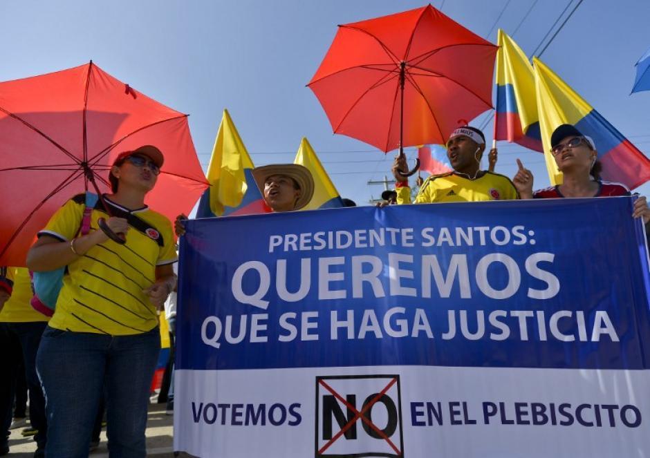 Un grupo de manifestantes en una movilización en contra de los acuerdos de paz, (Foto: AFP)