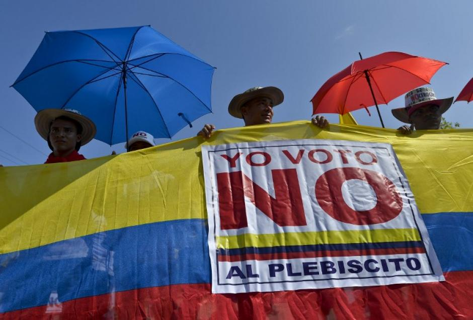 Un grupo de manifestantes se oponen a que se firmen los acuerdos de paz. (Foto: Luis Robayo/AFP)