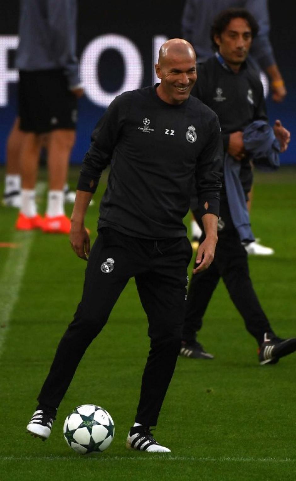 Zidane se divirtió en la última práctica del Madrid, previo a la jornada de Champions. (Foto: AFP)