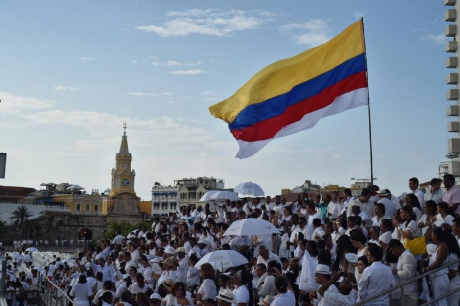 Una bandera de Colombia con una franja blanca ondeaba en la ceremonia de la firma de los acuerdos de paz. (Foto: AFP)