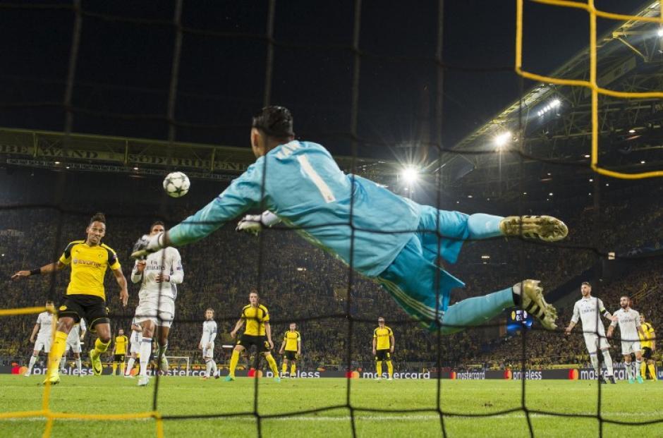 Después hizo varias atajadas que salvaron a su equipo. (Foto: AFP)