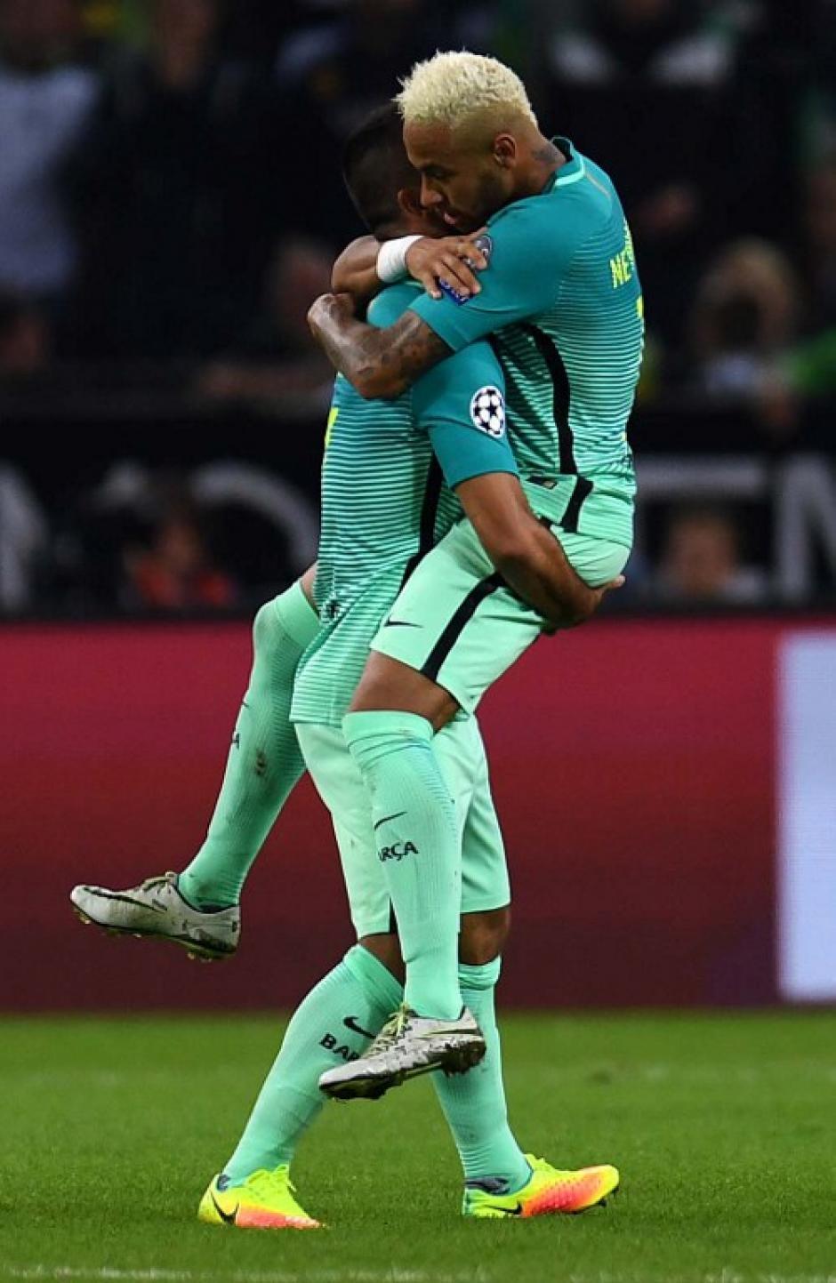 Neymar abraza a Arda después de su golazo. (Foto: AFP)