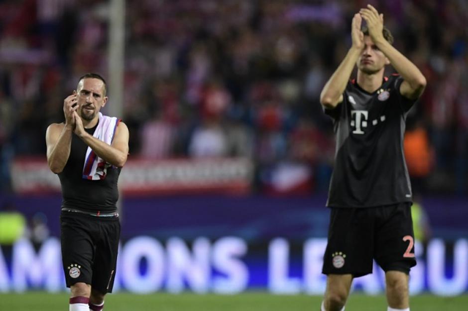 Los jugadores del Bayern saludan a su afición. (Foto: AFP)