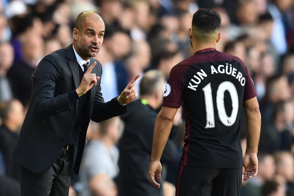 Guardiola le da instrucciones al Kun, que no tuvo puntería. (Foto: AFP)