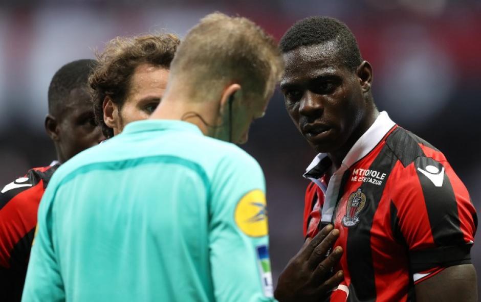 Balotelli discute después de que le sacaran la roja. (Foto: AFP)