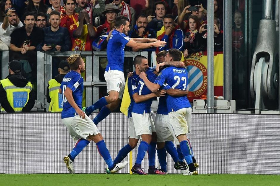 Italia celebra el gol de Daniele De Rossi. (Foto: AFP)