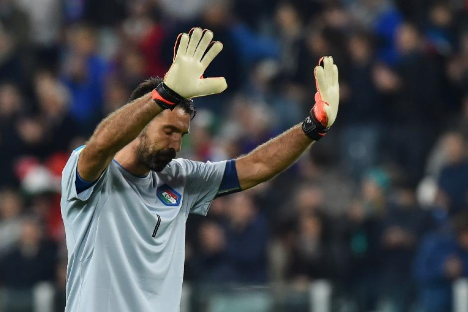 El arquero pide disculpas después de su mala salida. (Foto: AFP)