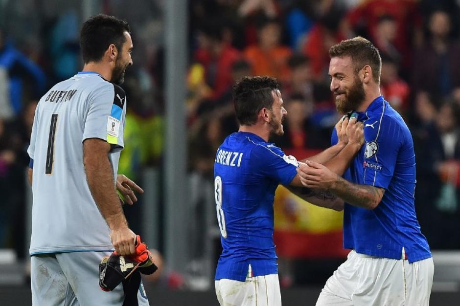 El jugador de la Roma celebra el penal. (Foto: AFP)