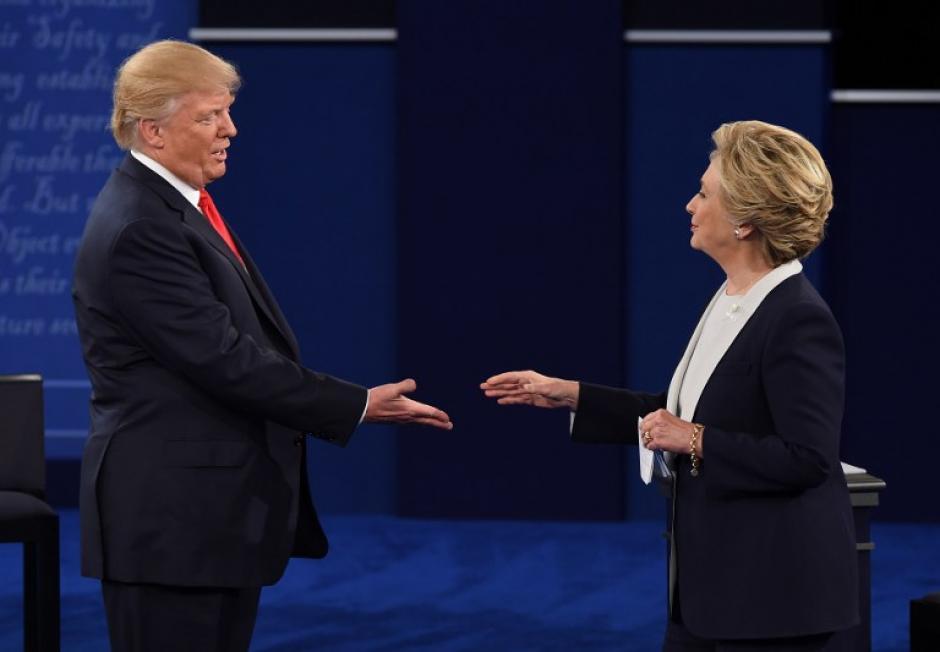 Saludo entre ambos candidatos al final del segundo debate presidencial en EE.UU. (Foto: AFP)