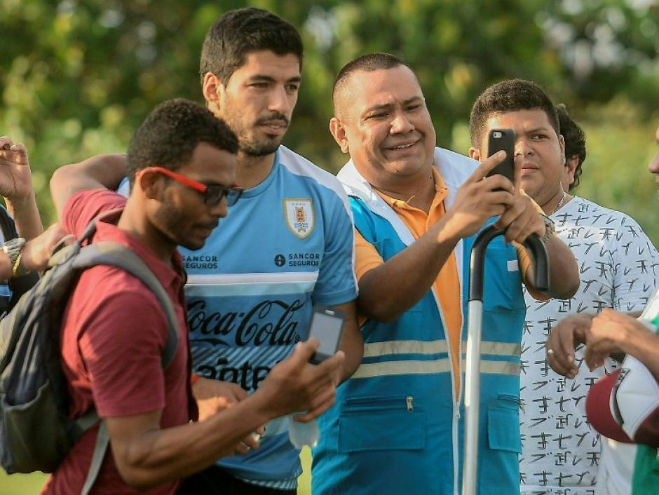 Suárez terminó bien y hasta atendió a la afición. (Foto: AFP)