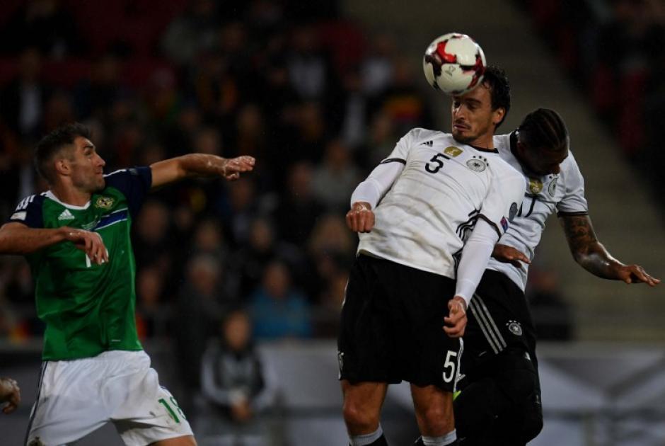 Sami Khedira en el momento de su cabezazo que sería gol. (Foto: AFP)