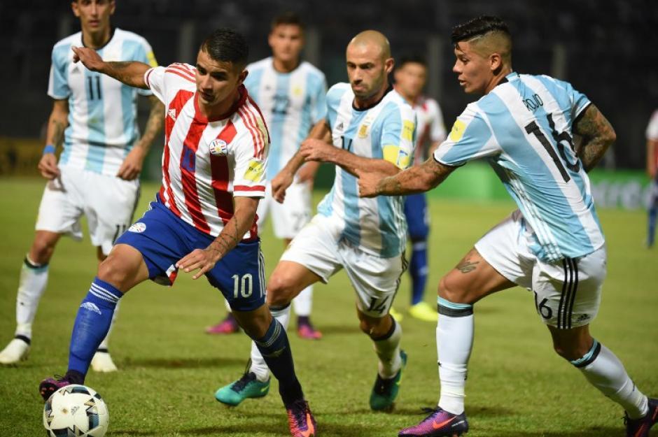 González en la lucha con Mascherano y Rojo. (Foto: AFP)