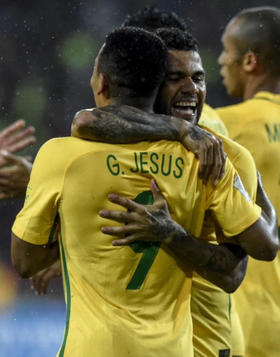 Dani Alves felicita al delantero. (Foto: AFP)