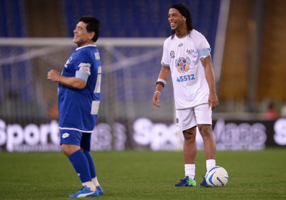 Los dos abanderados del partido. Maradona y Ronaldinho, junto a Totti. (Foto: AFP)