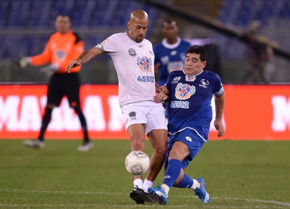 Verón y Maradona tuvieron un pequeño cruce durante el partido. (Foto: AFP)