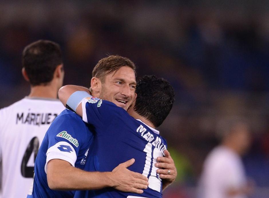 """Totti y Maradona, una de las postales del """"Partido por la Paz"""". (Foto: AFP)"""